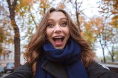 Женщина делая фото selfie в парке осени Стоковое Фото