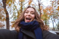 Женщина делая фото selfie в парке осени Стоковые Изображения