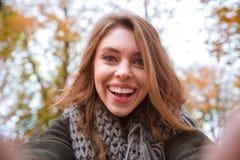 Женщина делая фото selfie в парке осени Стоковое фото RF