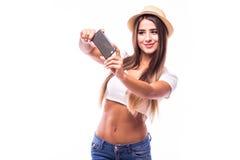 женщина делая фото selfie на smartphone изолированном на белой предпосылке Стоковое Изображение