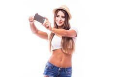 женщина делая фото selfie на smartphone изолированном на белой предпосылке Стоковые Изображения