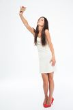 Женщина делая фото selfie на smartphone Стоковые Фотографии RF