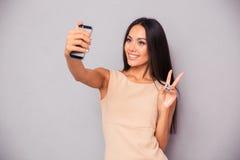 Женщина делая фото selfie на smartphone Стоковая Фотография RF