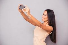 Женщина делая фото selfie на smartphone Стоковые Фото