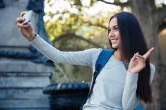 Женщина делая фото selfie на smartphone Стоковая Фотография