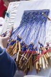 Женщина делая шнурок катушкы Стоковое Изображение