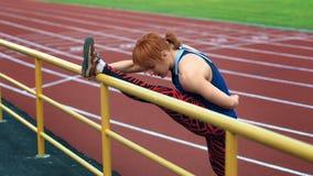 Женщина делая ‹exerciseÑ на стадионе видеоматериал