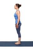 Женщина делая asana Tadasana йоги Hatha Стоковые Изображения