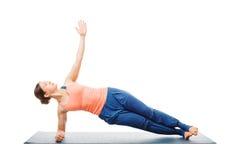 Женщина делая asana Vasisthasana йоги - бортовое представление планки Стоковое Фото
