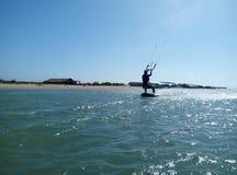 Женщина делая kitesurf Стоковые Изображения