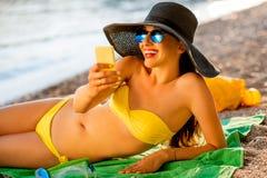 Женщина делая selfie на пляже Стоковые Изображения