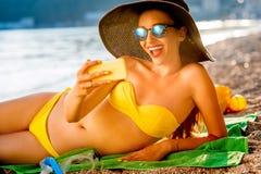Женщина делая selfie на пляже Стоковое Фото