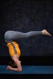 Женщина делая sirsasana Urd asana йоги Ashtanga Vinyasa йоги Hatha Стоковые Изображения RF