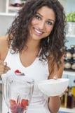Женщина делая Smoothie плодоовощ в кухне Стоковая Фотография