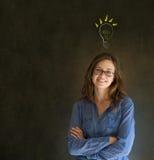 Женщина дела лампочки блестящей идеи думая Стоковые Изображения