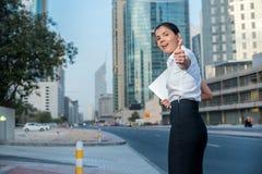 женщина дела успешная Усмехаться в деловой репутации в s Стоковые Изображения