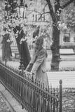 Женщина ждет ее парня в парке Красота, датировка, городок, ждать, концепция прогулки стоковая фотография
