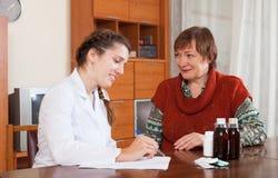 Женщина женского доктора слушая Стоковые Изображения RF