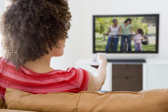 женщина живущего телевидения комнаты наблюдая стоковые изображения rf