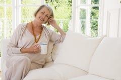 женщина живущей комнаты кофе ся стоковое фото rf