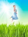 женщина жизнерадостного поля зеленая скача Стоковое Фото