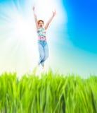женщина жизнерадостного поля зеленая скача Стоковое Изображение