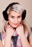 женщина жизнерадостного шлема одежды теплая стоковое фото
