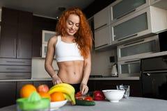 Женщина жизнерадостной пригонки взрослая варя салат Стоковые Фотографии RF