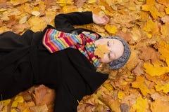 Женщина жмурясь нос стороны лист Стоковые Изображения RF