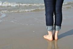 Женщина ждать море Стоковое Фото