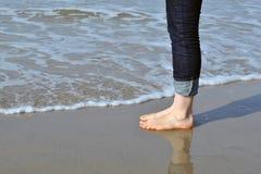 Женщина ждать море Стоковая Фотография RF