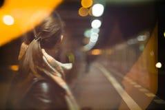 Женщина ждать на железнодорожном вокзале для поезда Стоковое Изображение RF