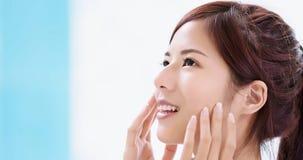 Женщина заботы кожи красоты стоковое изображение