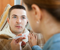 Женщина заботя для больного человека Стоковые Фото