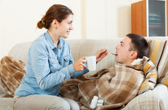 Женщина заботя для больного человека Стоковое Изображение