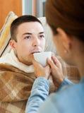 Женщина заботя для больного человека Стоковые Фотографии RF