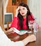 Женщина заботя для больных подруг Стоковая Фотография RF