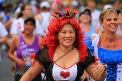 Женщина завершает гонку 10k Стоковое Фото
