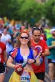 Женщина завершает гонку 10k Стоковые Изображения RF