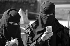 Женщина завуалированная мусульманами стоковые фотографии rf