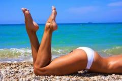 Женщина загорает на пляже Стоковое фото RF