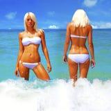 Женщина загорает на пляже Стоковые Фотографии RF