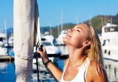 Женщина загорая на роскошной яхте Стоковое Изображение RF