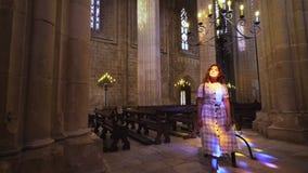 Женщина загоренная блесками в зале собора акции видеоматериалы