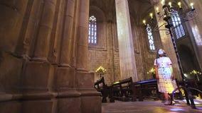Женщина загоренная блесками в зале собора сток-видео