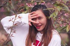 Женщина закрыла один глаз с ее рукой стоковое изображение