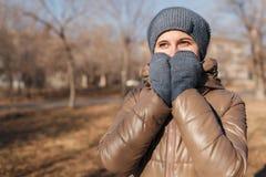 Женщина замерла в парке 2 руки я закрыл нос стоковые фото