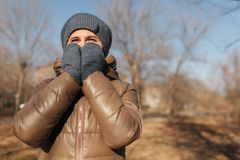 Женщина замерла в парке Я предусматривал с 2 руками нос стоковые изображения rf