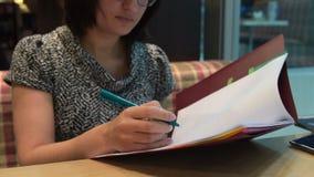 Женщина занятая с обработкой документов в кафе акции видеоматериалы
