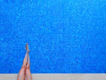 женщина заплывания бассеина ног Стоковые Изображения